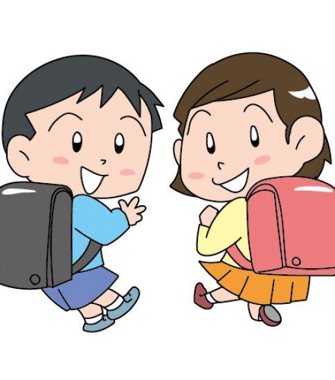 新品のランドセルを背負った男の子と女の子