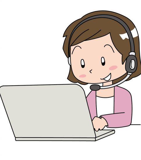 パソコンで対応するオペレーターの女性