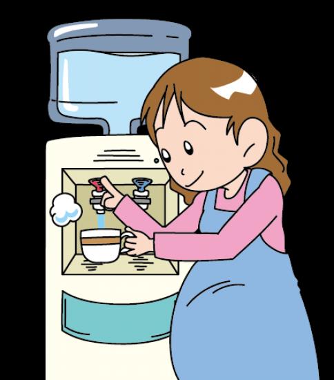 お湯を注ぐ妊婦