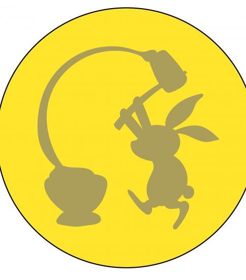 月に浮かぶ餅つきをするウサギの影