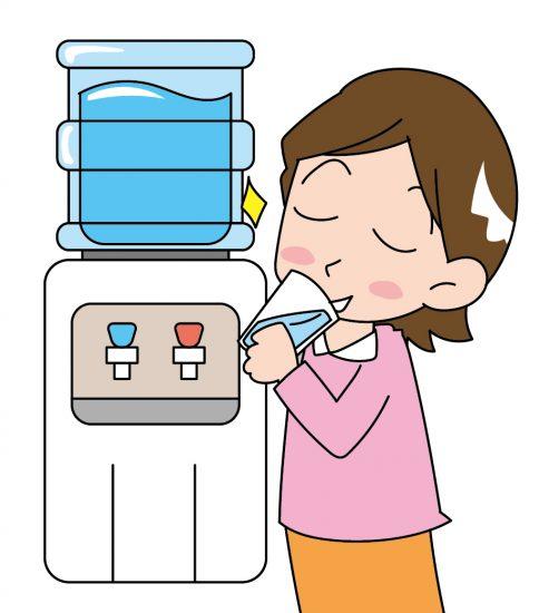ウォーターサーバーの水を飲んでご機嫌な女性