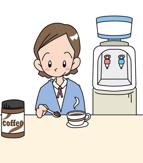 ウォーターサーバーでコーヒーを入れる女性
