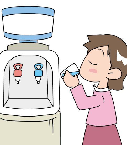 ウォーターサーバーで水を飲む女の子