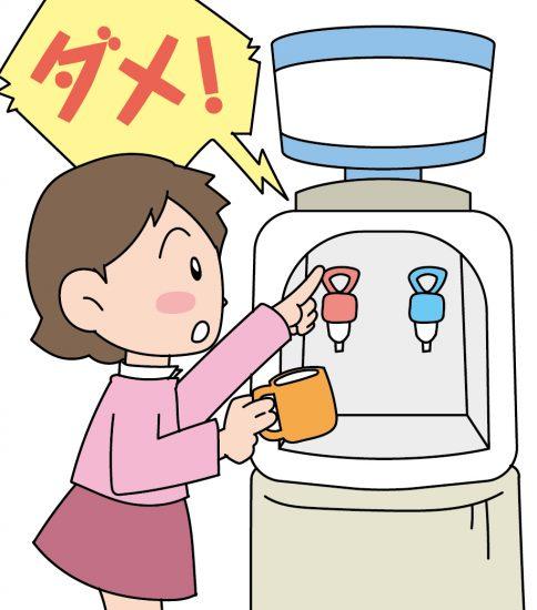女の子がお湯を出そうとしているところ