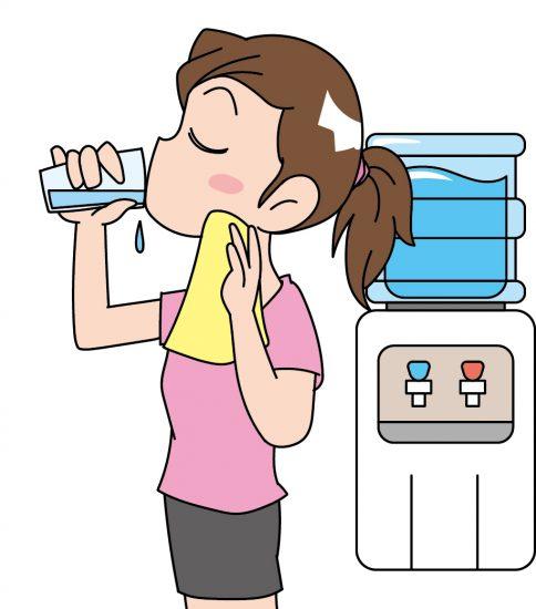 お風呂上りに水を飲む女性