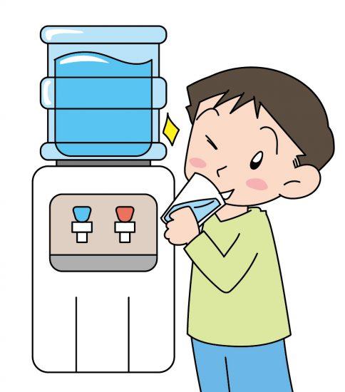 ウォーターサーバーの水を飲んでご機嫌な男の子