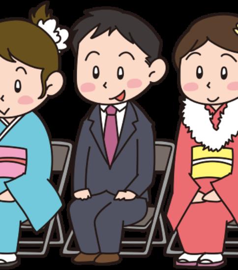成人式典に出席する男女